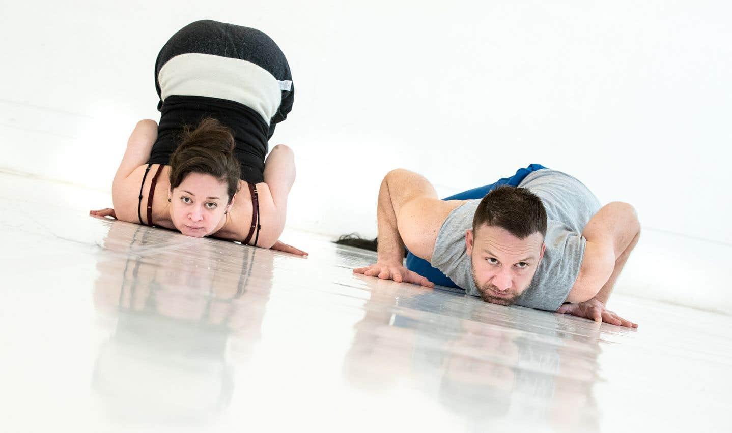 En scène, la contorsionniste Andréane Leclerc et le danseur Dany Desjardins deviennent matière humaine, amas de chair colonisés par des hordes de bactéries.