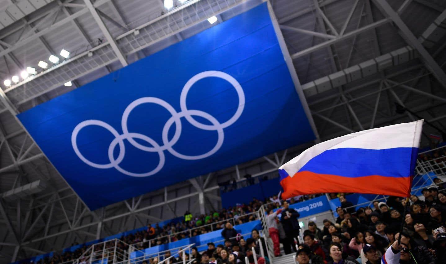 Un spectateur agite un drapeau russe, durant une partie de hockey.