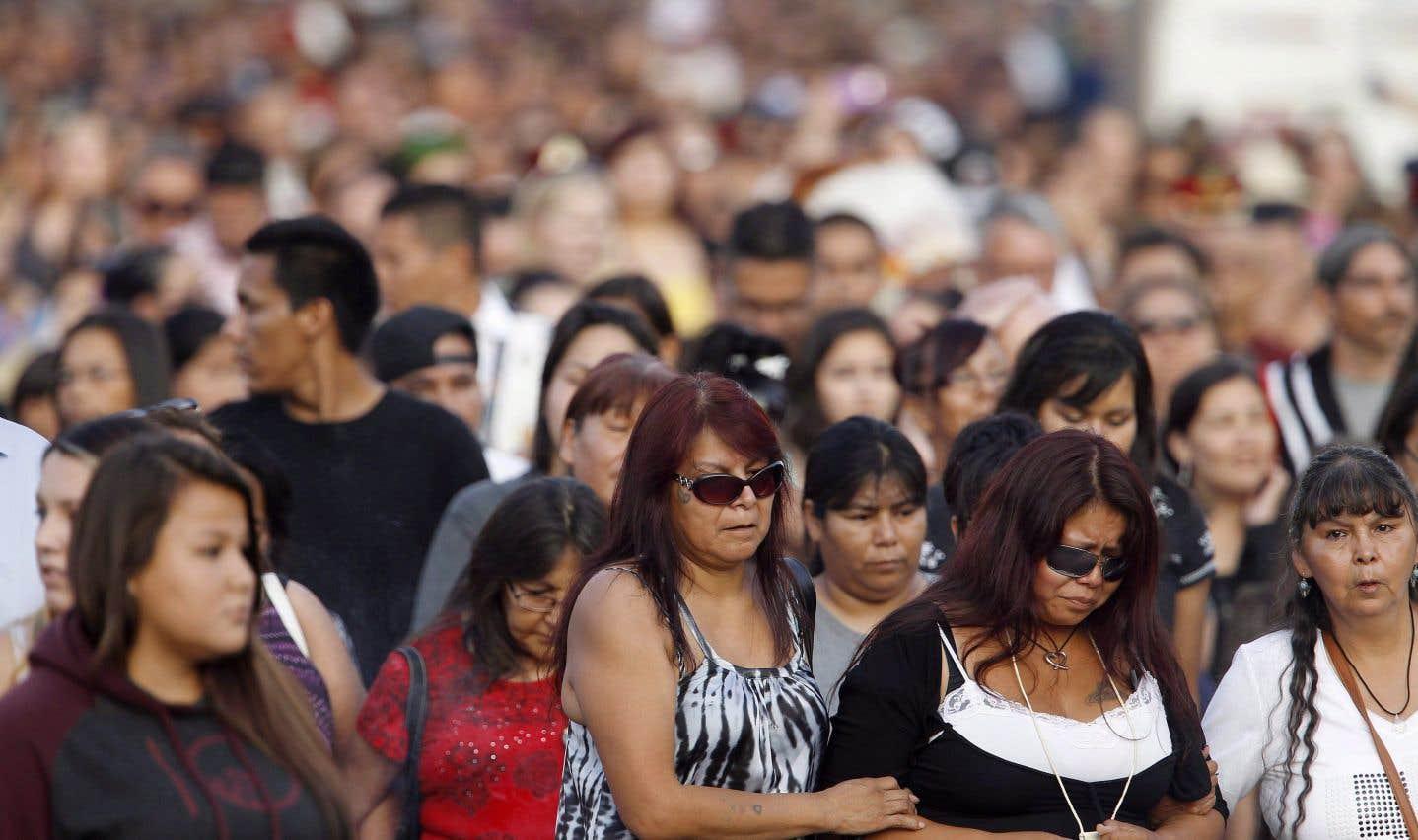 La mère de Tina Fontaine, à droite, lors d'une veillée en hommage à sa fille disparue, à Winnipeg, en août 2014