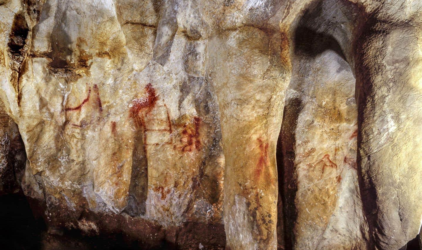 Les formes rouges tracées par des Néandertaliens sur cette paroi de la caverne La Pasiega remontent à plus de 64 000 ans.