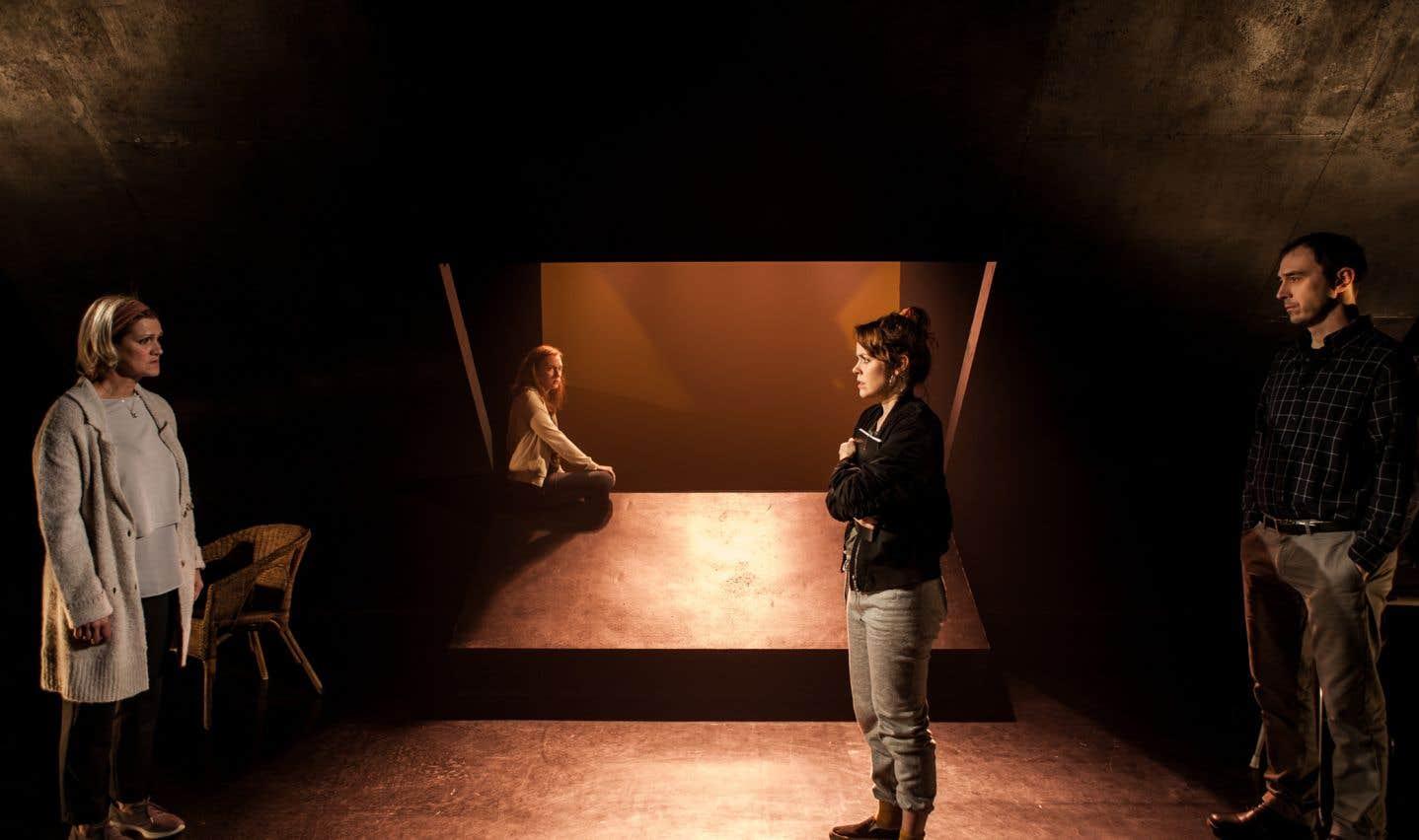 La mise en scène rigoureuse d'Édith Patenaude maintient ce récit d'itinérance sous une tension soutenue.