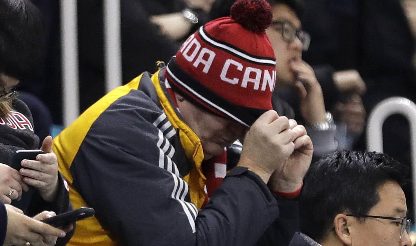 Un partisan canadien a semblé encaisser durement la défaite en quart de finale aux mains des Allemands.