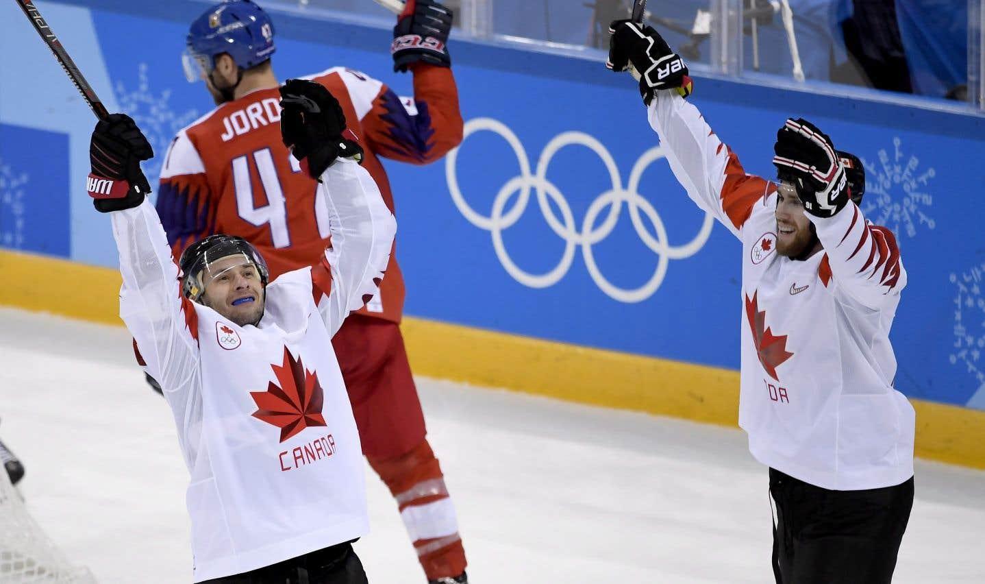 Les Canadiens Wojtek Wolski et Quinton Howden célèbrent après un but marqué en troisième période.