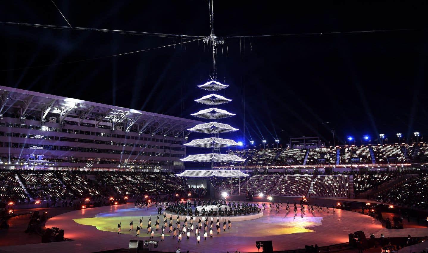 Des artistes se produisent dans le Stade olympique de Pyeongchang à l'occasion de la cérémonie de clôture. La cérémonie a débuté vers 6h, heure du Québec.