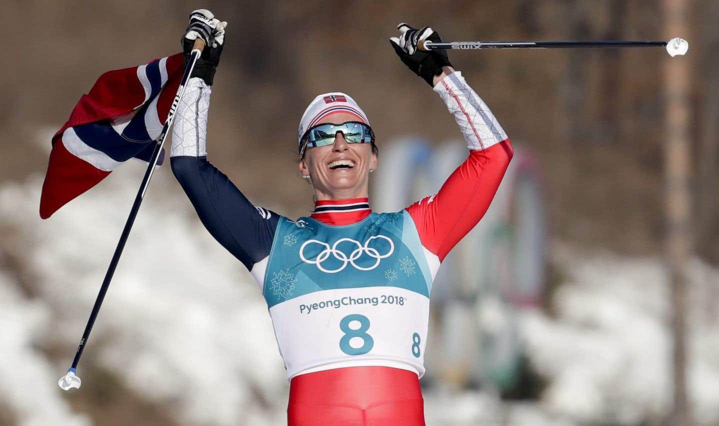 La fondeuse norvégienne Marit Bjørgen célèbre sa dernière victoire, dimanche.