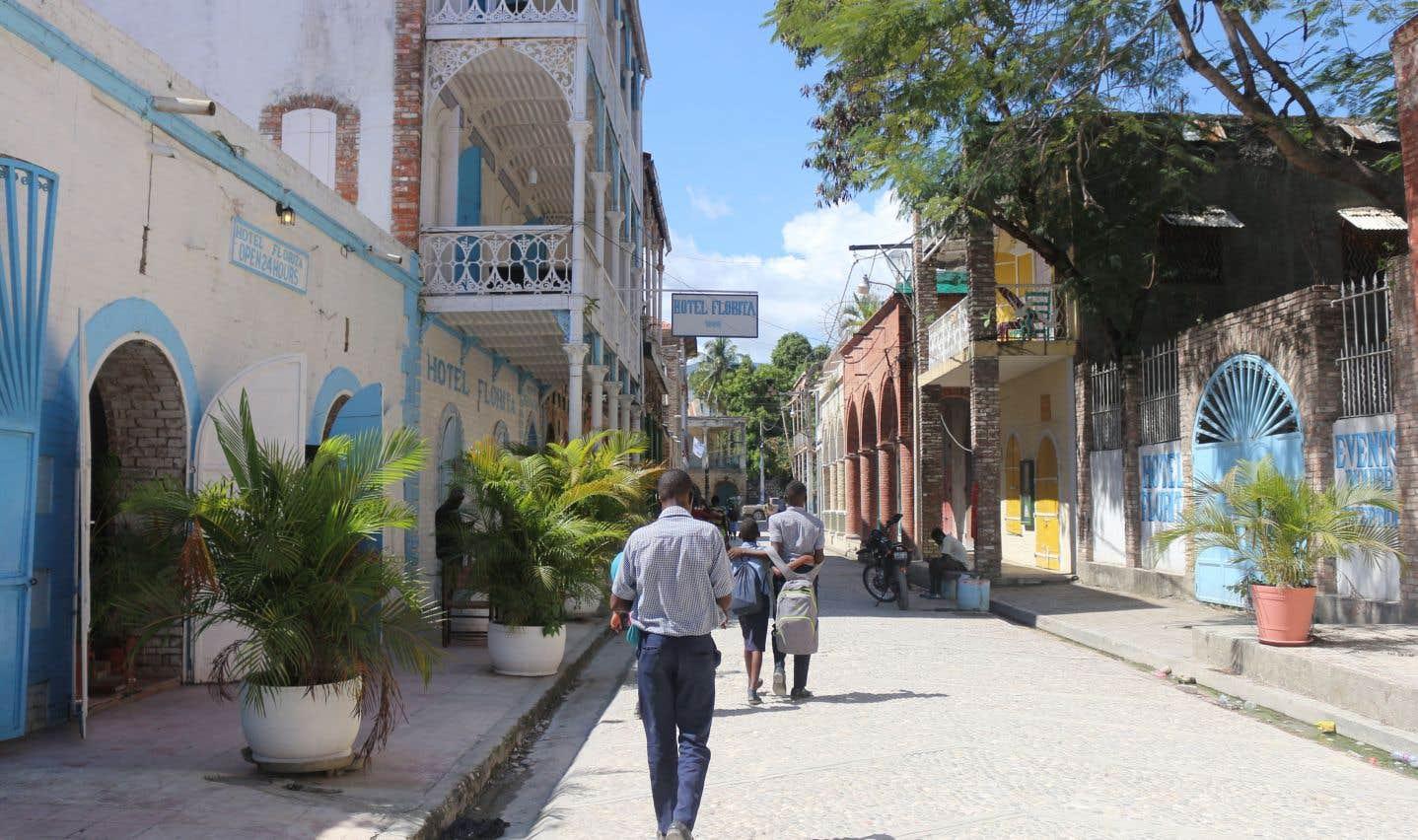 La rue du Commerce, où se trouve quelques restos prisés par les touristes, dont l'emblématique Hotel Florita et le Kafe Koze.