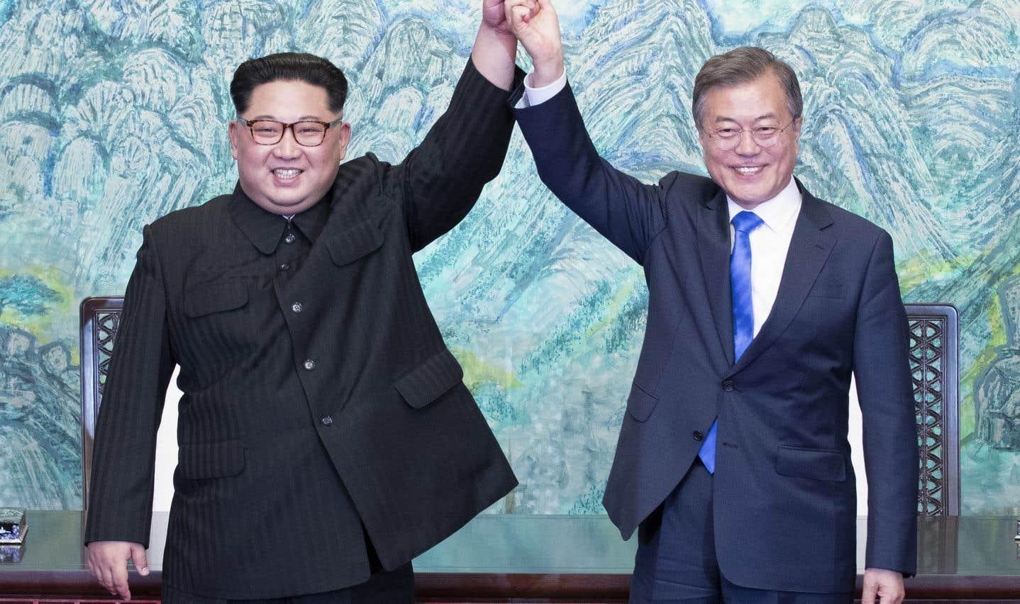 Le chef nord-coréen Kim Jong-un et le président sud-coréen Moon Jae-in lèvent les bras en signe de victoire après avoir signé la «Déclaration de Panmunjom».