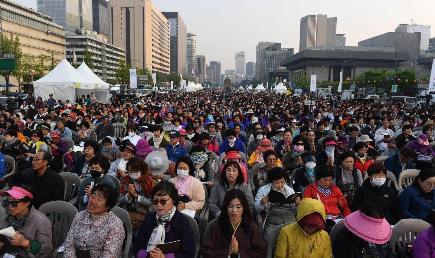 Des milliers de croyants assistent à une cérémonie bouddhiste en appui au processus de paix entre les deux Corées, à Séoul.