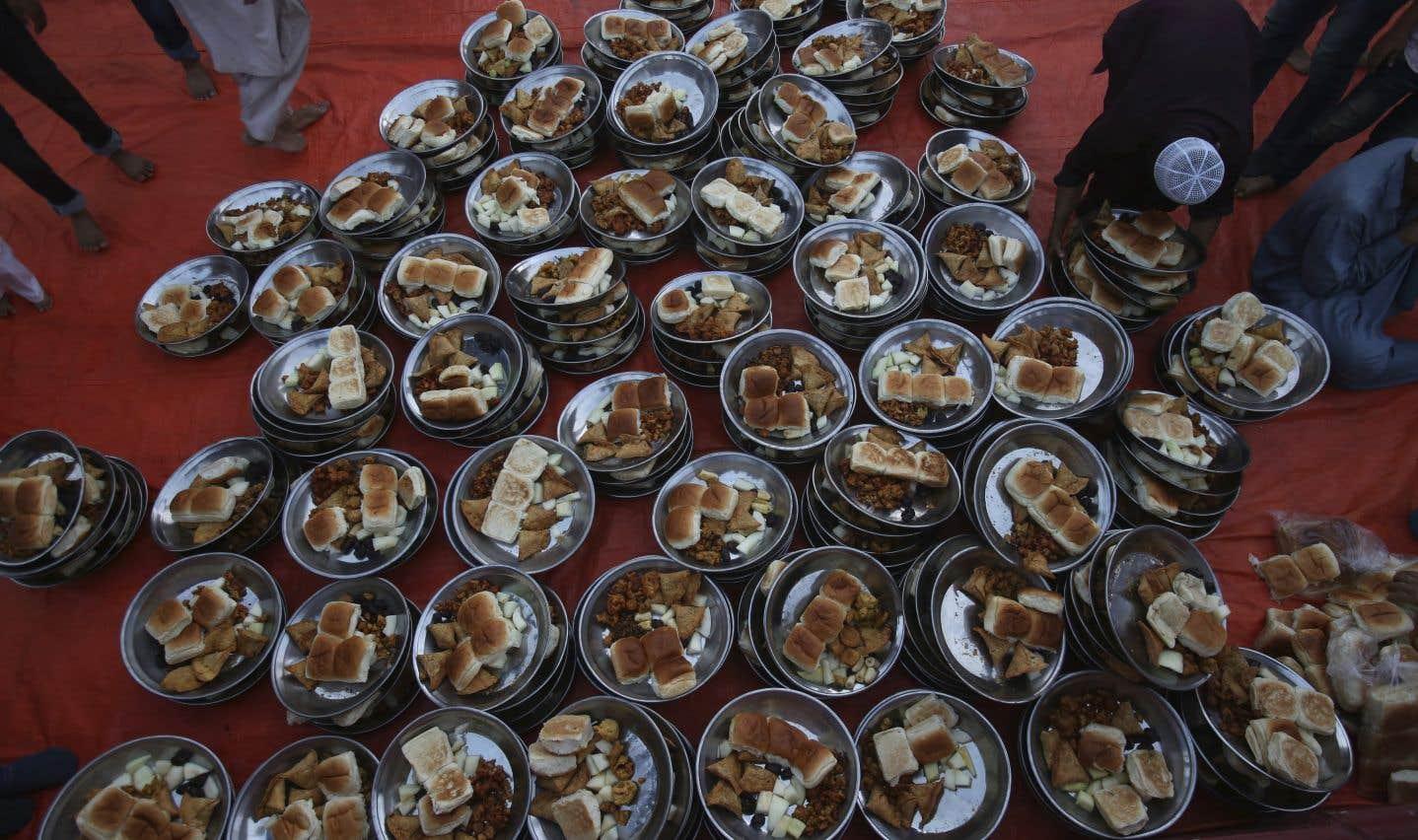 Au Pakistan, un bénévole prépare le repas qui sera servi aux musulmans d'une mosquée afin de briser le jeûne, lors de cette première journée du ramadan.
