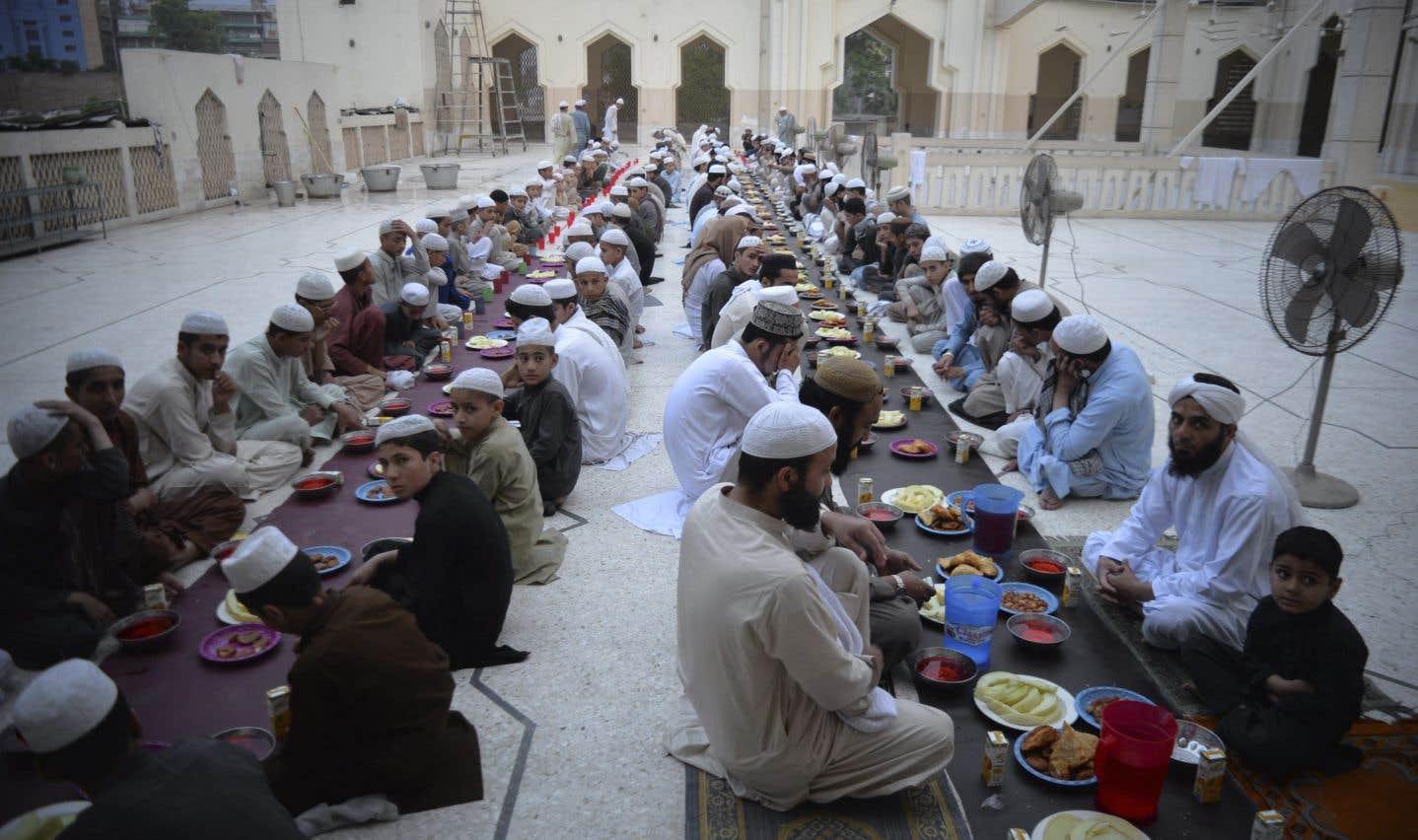 Des Pakistanais s'apprêtent à briser le jeûne, en cette première journée du ramadan, àPeshawar.
