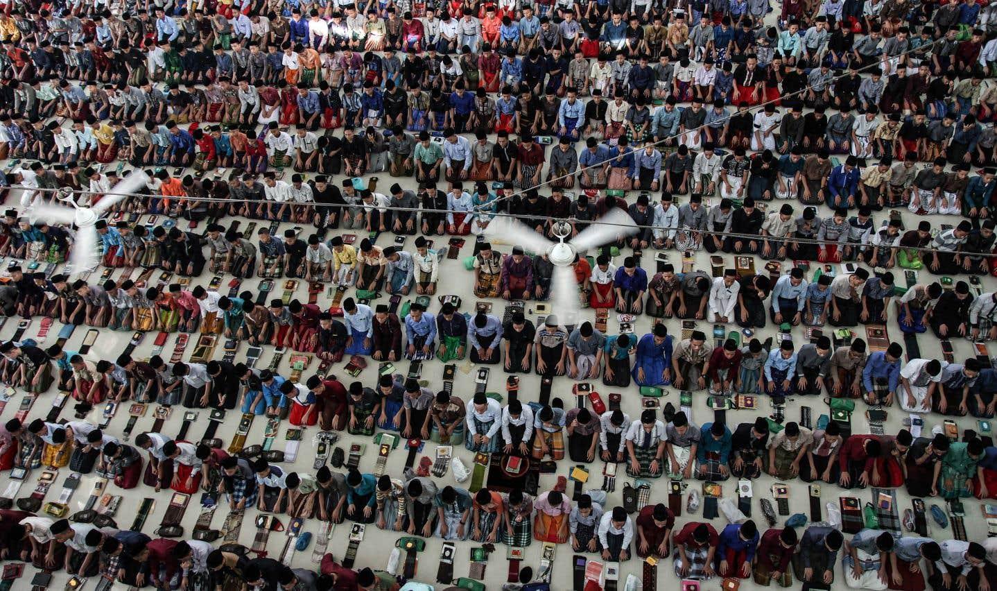 En Indonésie, des étudiants musulmans prient à Medan en ce premier jour du ramadan.