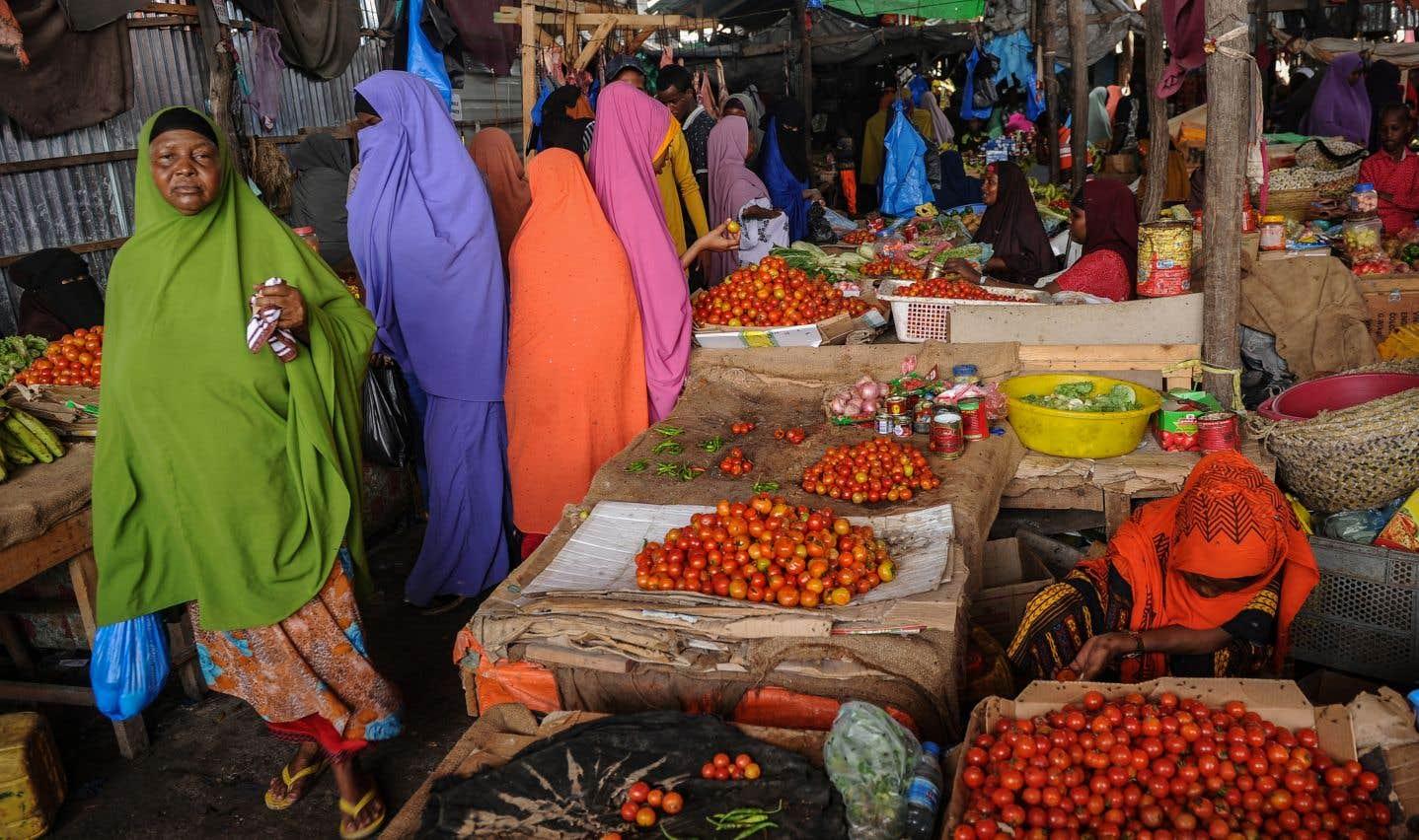 En Somalie, des femmes achètent sur un marché deMogadiscio les aliments qui serviront à préparer le repas qui brisera le ramadan à la fin de cette première journée de jeûne.