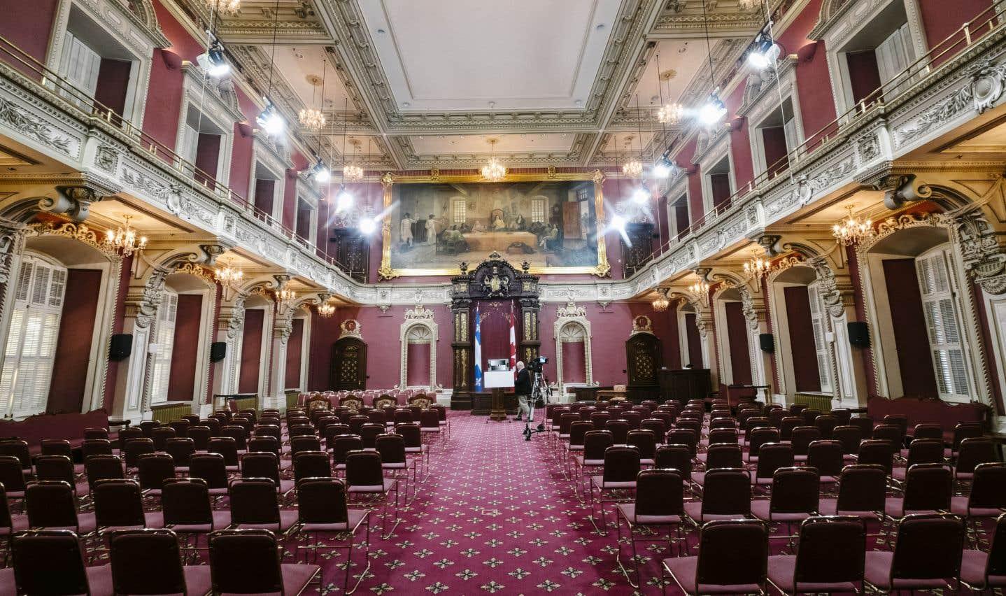 Le Salon rouge a accueilli le Conseil législatif jusqu'à son abolition en 1968. Il est désormais utilisé lors des cérémonies d'assermentation ou pour la tenue de commissions parlementaires.