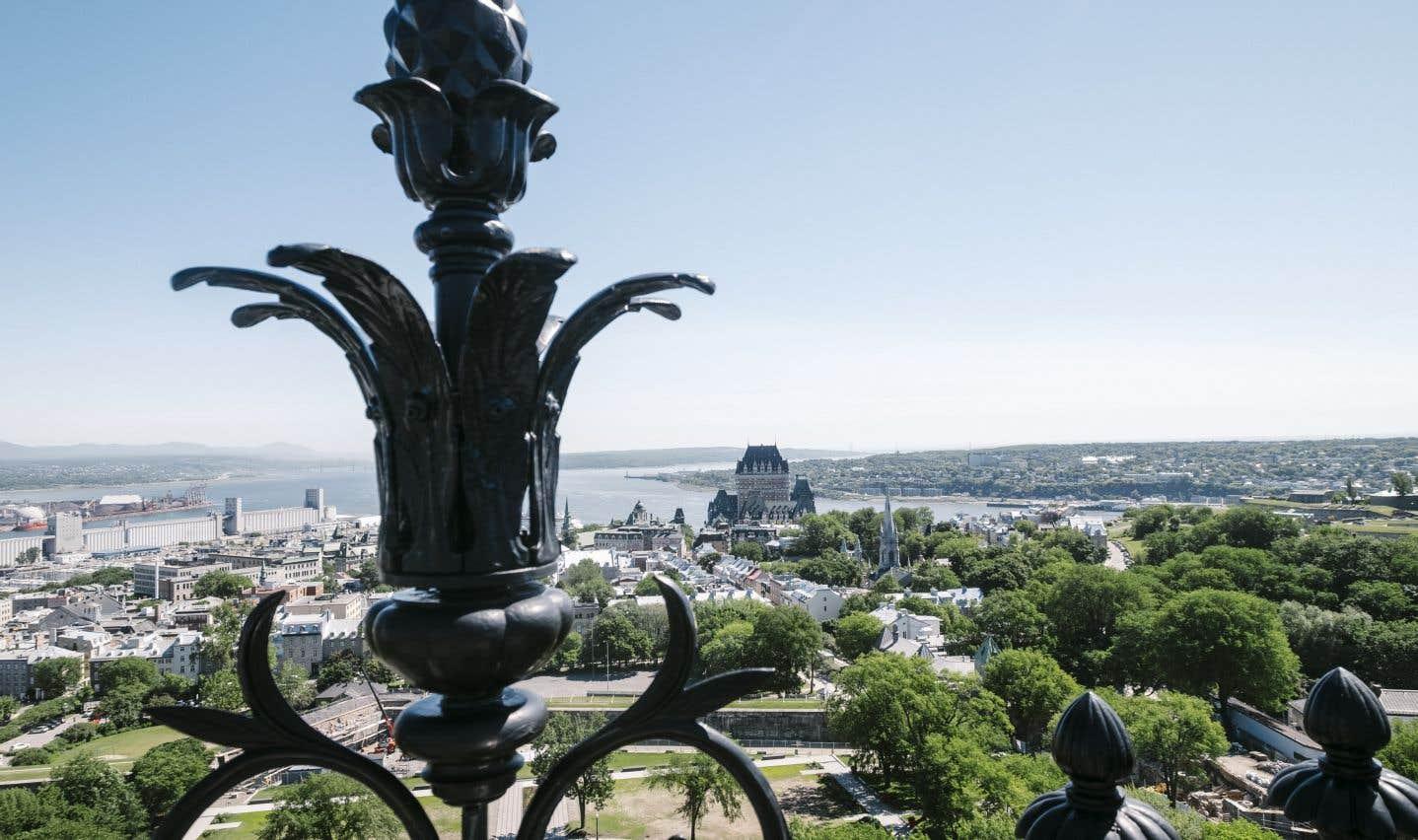 Du sommet de la tour, on aperçoit le Vieux-Québec où siégeaient les députés québécois jusqu'en 1883.