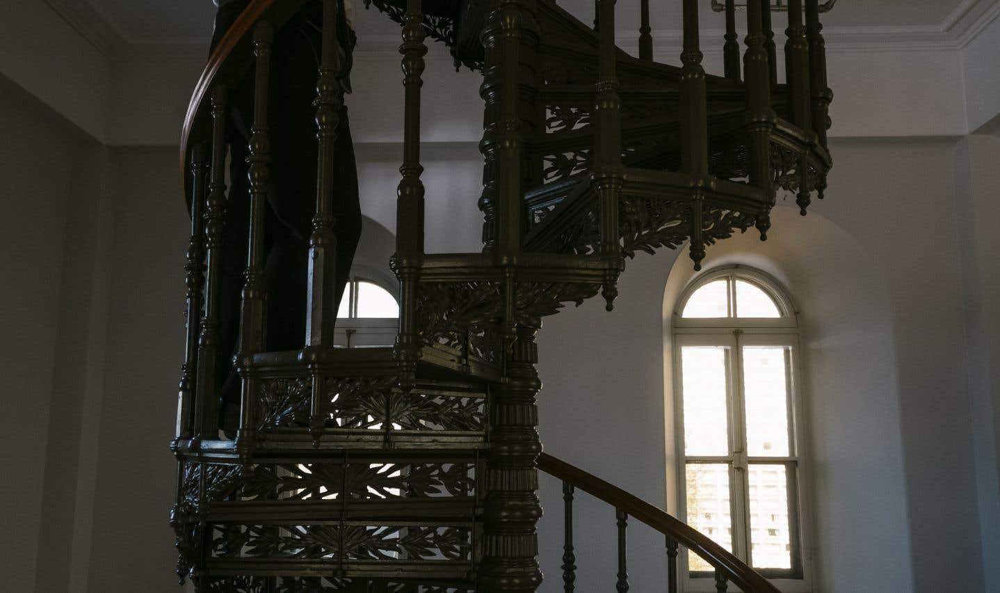 Les 185 marches de l'escalier de la tour centrale du Parlement permettent de passer au milieu des anciens locaux de la Tribune de la presse.