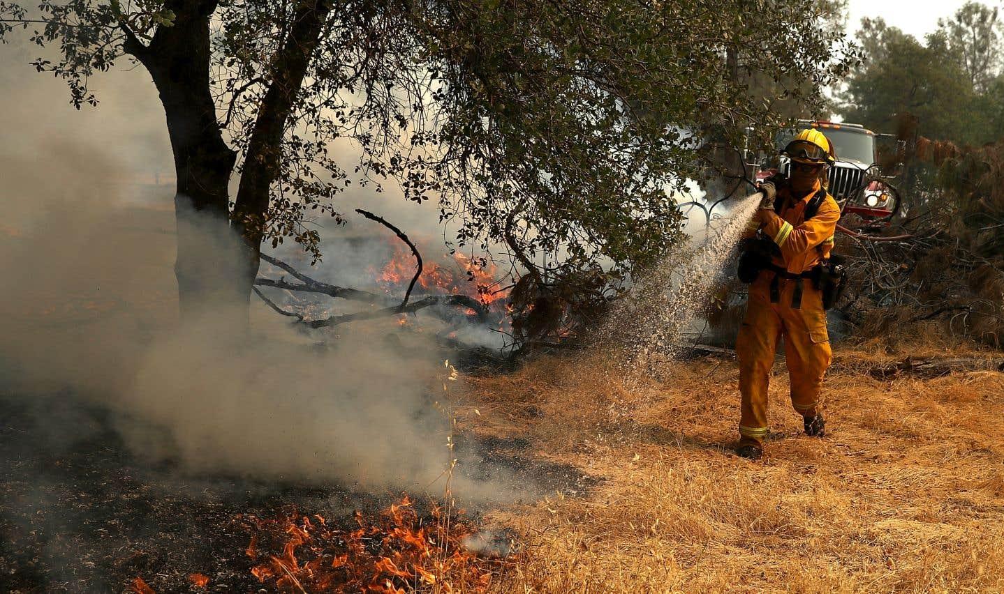 10000 pompiers sont mobilisés pour combattre les incendies.