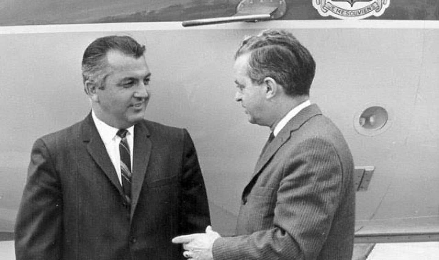 L'Union nationale a adopté le «jet à Lesage», qu'elle s'était pourtant engagée à vendre au lendemain de sa victoire électorale de 1966. Le premier ministre unioniste Jean-Jacques Bertrand (à droite), aux côtés du pilote de ligne Paul Gagnon.