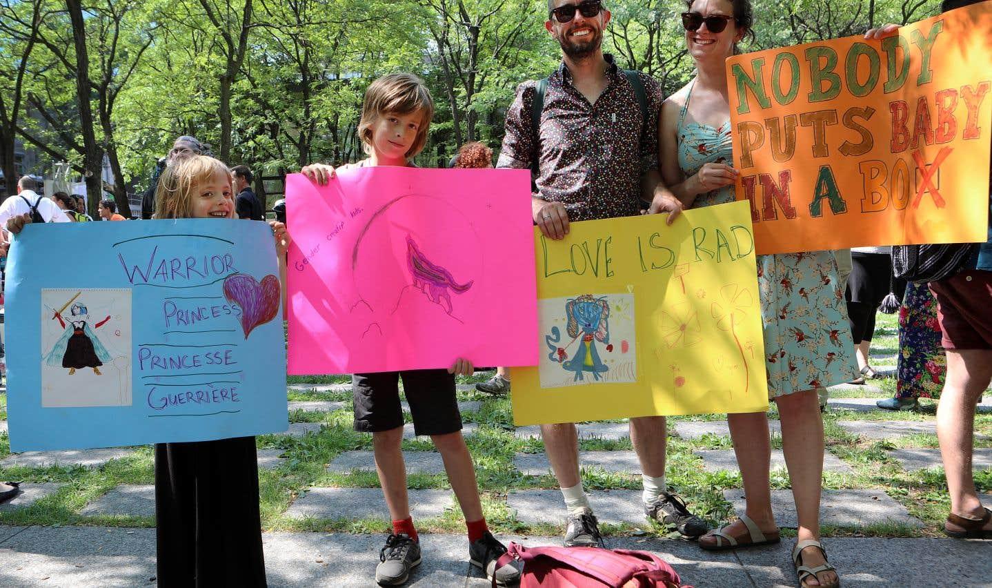 Will Roberts et Hasana Sharp avec leurs enfants, Otis, 7 ans, transgenre, à gauche et Emmett, 9 ans.