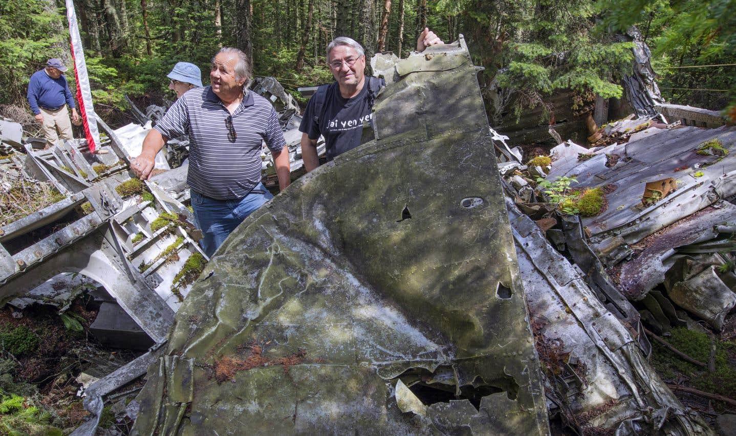Les Gardiens du Liberator se rendent régulièrement au sommet de la montagne pour entretenir le site. À l'avant-plan, André Lapointe et Michel Brunet se fraient un chemin parmi les débris.