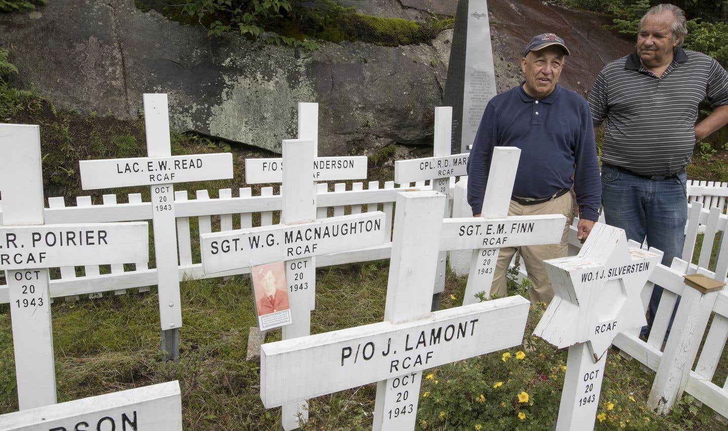 Une photo laissée récemment sur l'une des croix rendant hommage aux soldats décédés intrigue les Gardiens du Liberator. Au verso, le militaire MacNaughton apparaît aux côtés d'une jeune fille, que le groupe espère retrouver.