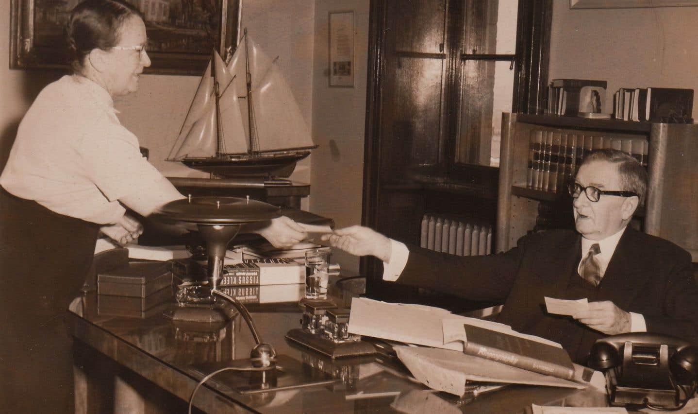 Le premier ministre Maurice Duplessis a occupé le bureau du troisième étage de l'édifice Honoré-Mercier pendant dix-huit ans. On l'aperçoit ici avec sa secrétaire, Auréa Cloutier, peu de temps avant la livraison du bureau qui lui est offert par l'Union nationale en 1958 pour souligner son 78e anniversaire.