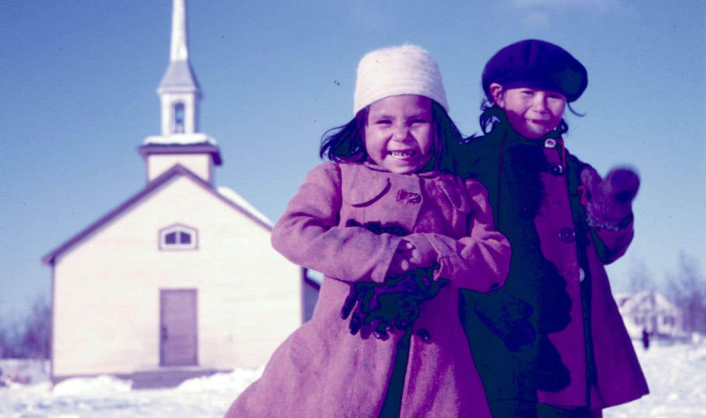 Cette première photo postée sur Facebook par Project Naming a permis d'identifier les deux fillettes en quelques jours seulement. À gauche: Rose Anne Hardlotte (née Jobb), à droite: Jane McCallum. Southend, Saskatchewan, mars 1955.