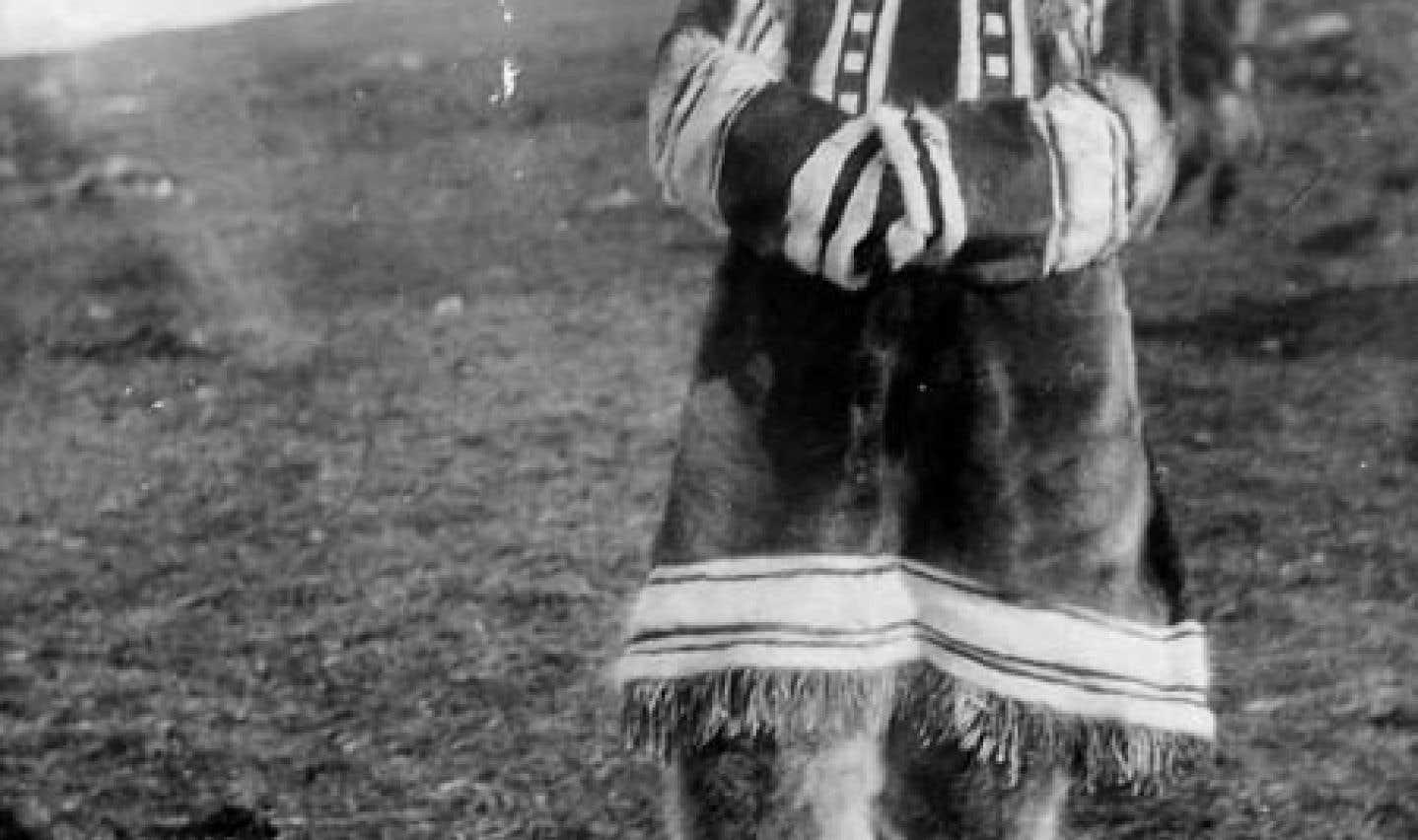 Femme autochtone, Pond Inlet, Île de Baffin, T.N.-O. [(Mittimatalik/Tununiq), Nunavut], 1923. Le projet a permis de découvrir qu'il s'agit de Miali Aarjuaq. Elle a été photographiée près du détachement de la GRC.