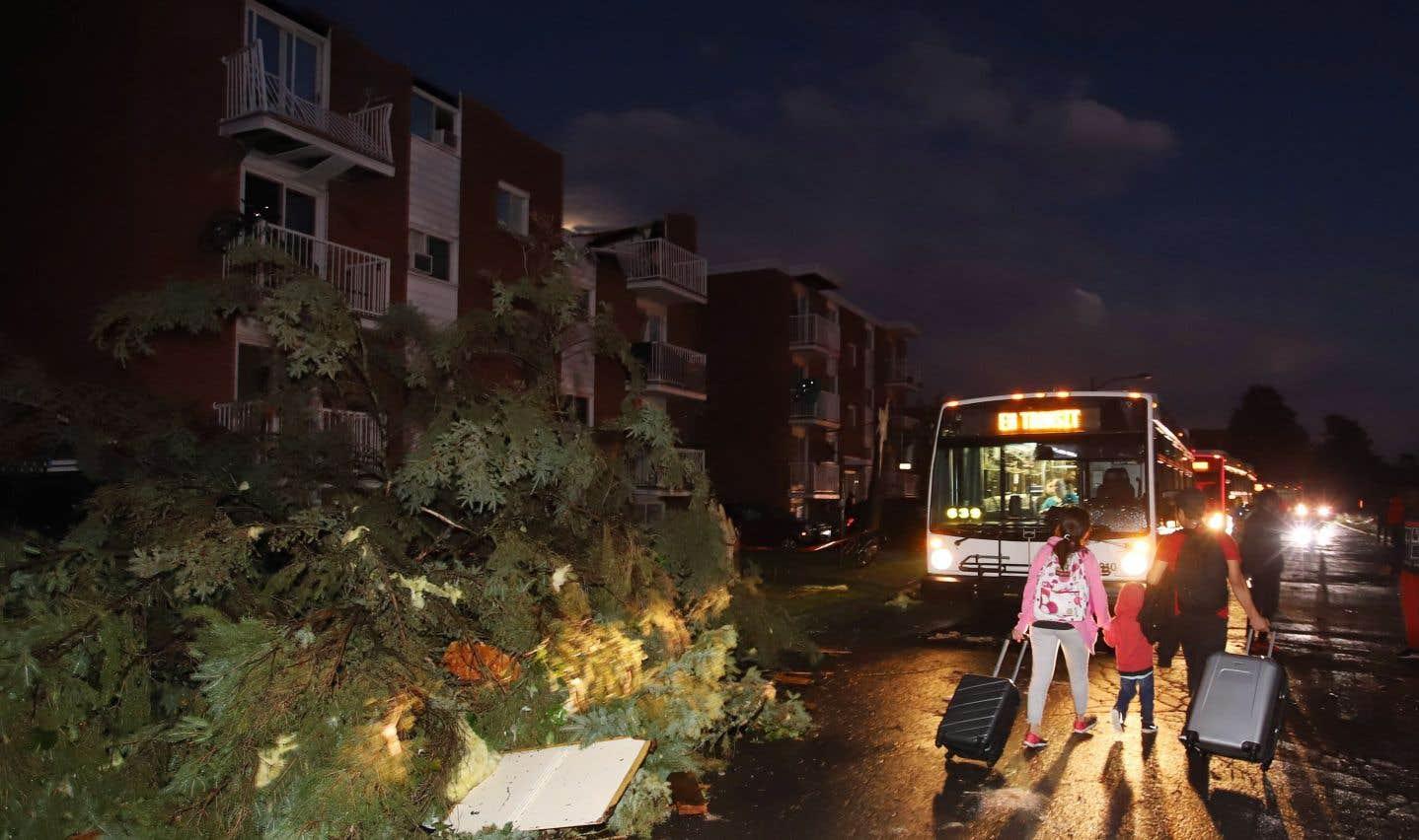 Des centaines de familles d'un quartier de Gatineau ont été forcées d'évacuer leur maison alors que les fenêtres de leurs immeubles ont volé en éclats et les toits ont été arrachés par une tornade, vendredi soir le 21 septembre 2018.