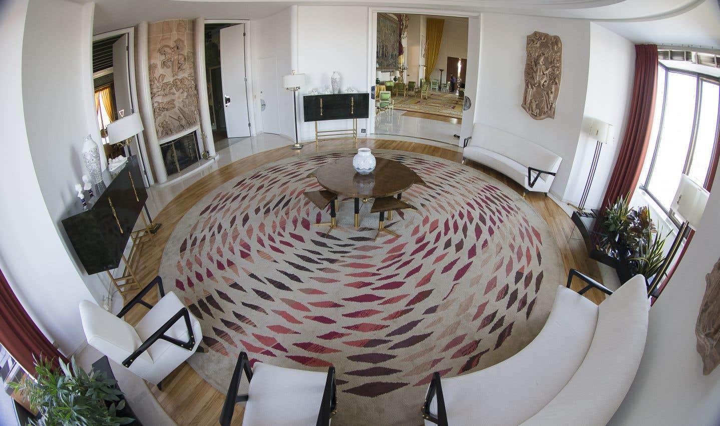 Le Salon rond, destiné aux dames, est décoré de trois terres cuites réalisées par André Bizette-Lindet.