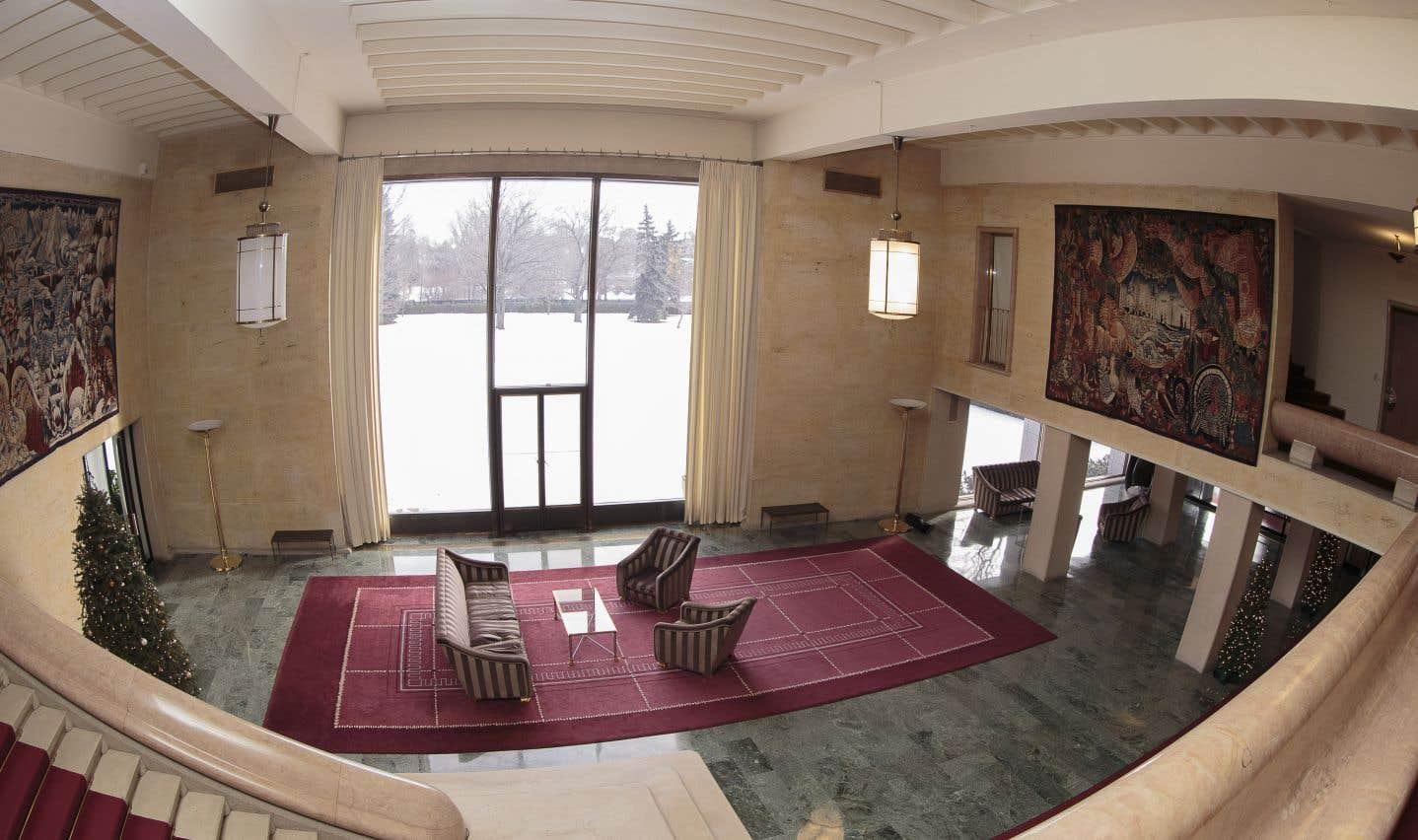 Le majestueux hall d'entrée et son escalier de marbre rose