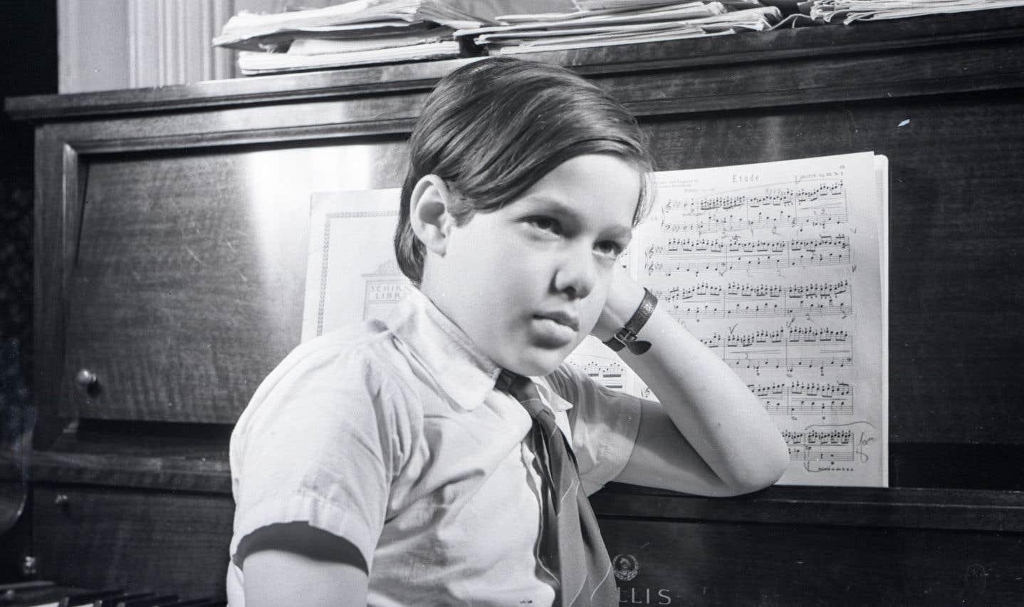 Le pianiste et compositeur André Mathieu, véritable enfant prodige qui sera plus tard surnommé le «Mozart canadien», est ici photographié en février 1940, à Montréal, à l'âge de onze ans.