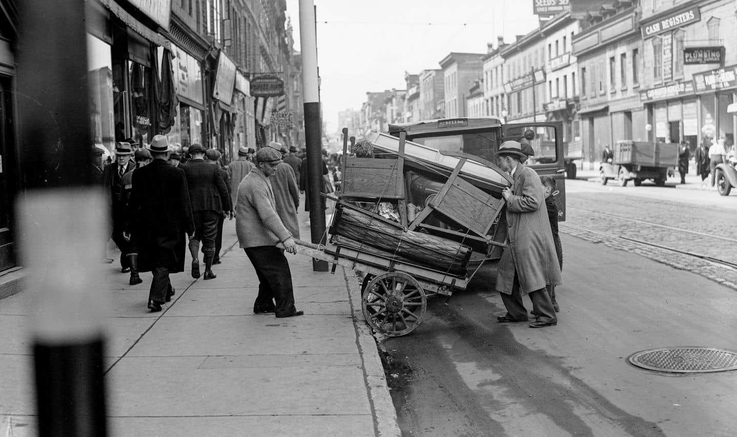 Des Montréalais s'affairent au déménagement de leurs effets et biens personnels, le 18avril 1938.