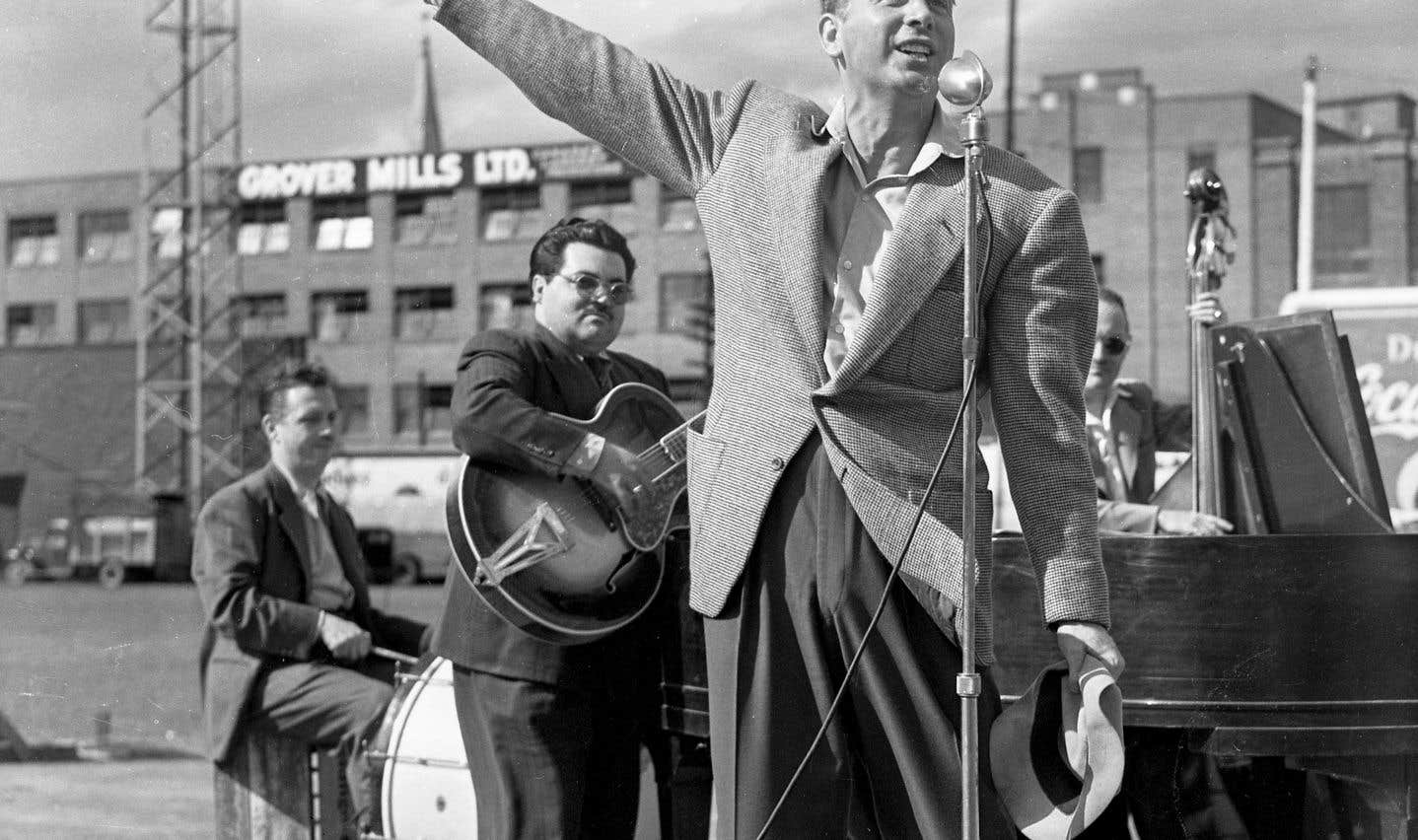 Charles Trenet donne un tour de chant lors d'un rodéo au stade De Lorimier, le 24 juillet 1946.