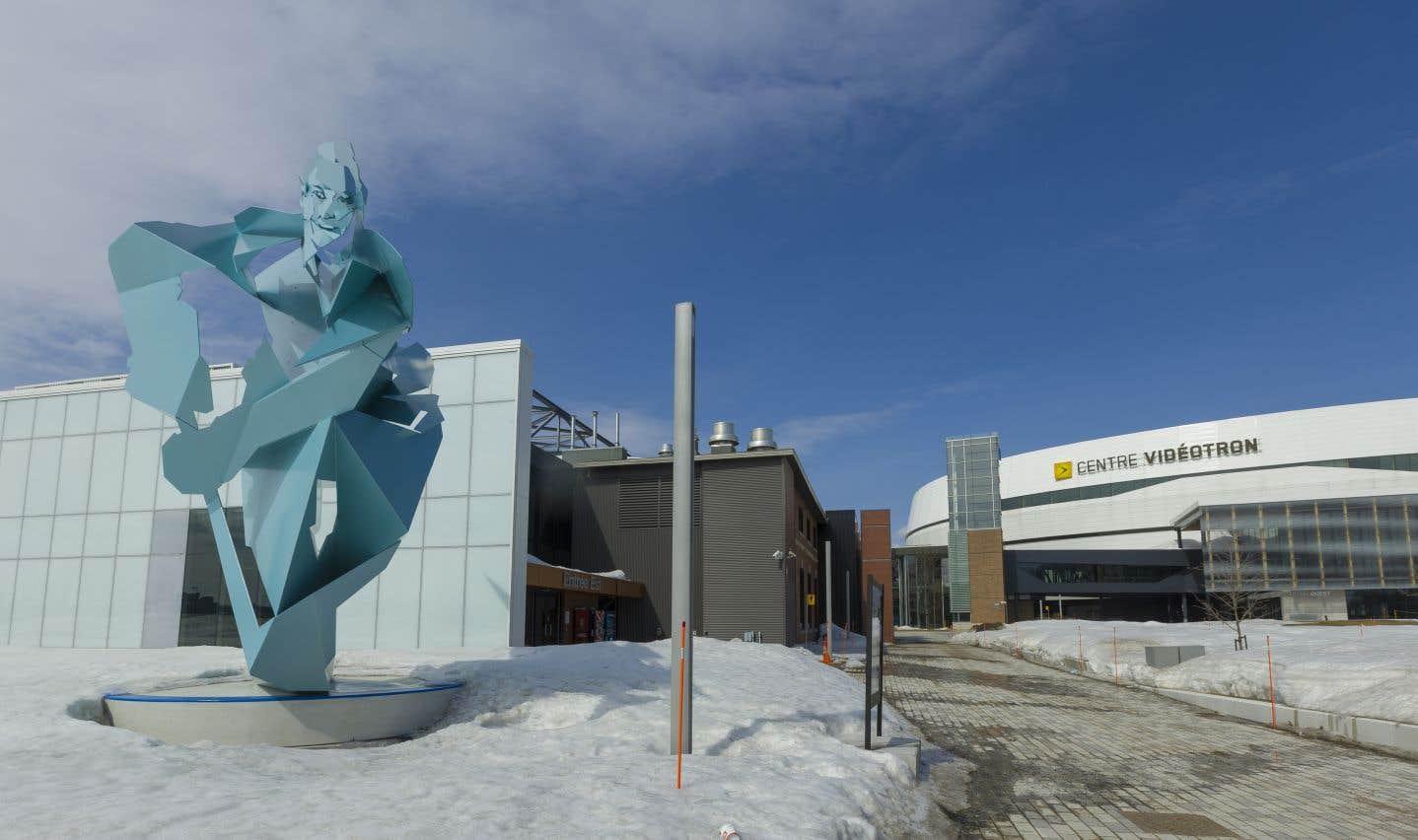 Le bâtiment se trouve au sud-est du Centre Vidéotron et est voisin de la Place Jean-Béliveau. Cette grande place publique inclut une grande patinoire extérieure ainsi qu'une sculpture du célèbre joueur du Canadien qui a évolué à Québec pour l'équipe des As dans sa jeunesse.
