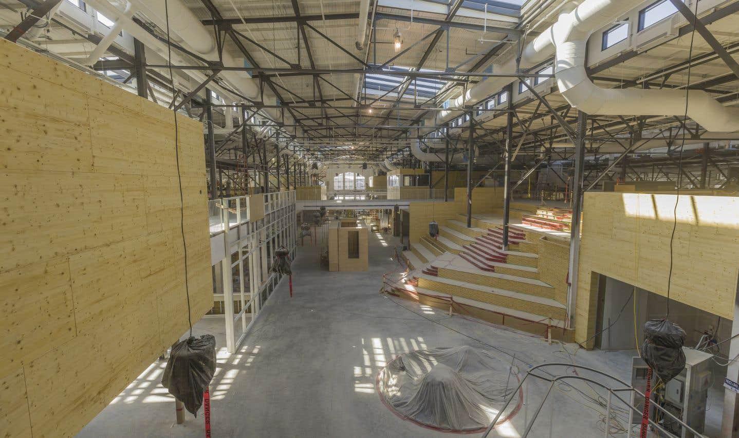 Le futur marché a été construit dans l'ancien Pavillon du commerce d'Expo-Cité qui avait été construit en 1923 sous le modèle des Halles répandu en Europe. À l'époque de sa construction, le recours à l'électricité n'était pas répandu et on misait beaucoup sur la lumière naturelle pour éclairer — notamment dans le toit — ce qui a été préservé dans le marché actuel.