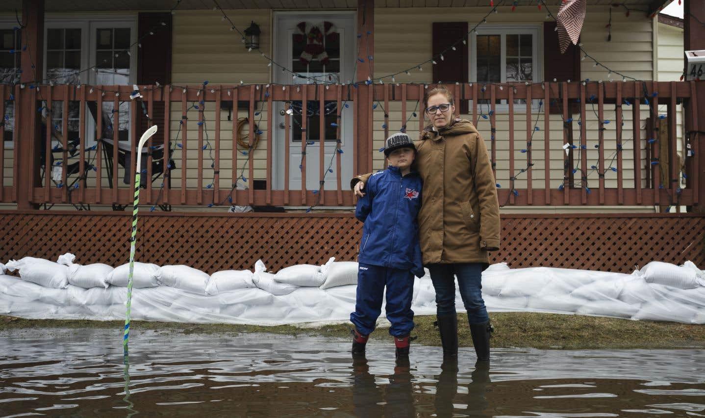 Nathan Durand, 8 ans, manie la pelle presque sans relâche. Avec sa mère, Marie-Pierre Boisvert, il tente de protéger sa maison, maintenant encerclée par l'eau sur la rue Filion. «Dans la nuit de mercredi à jeudi, c'est monté très vite», raconte-t-elle.