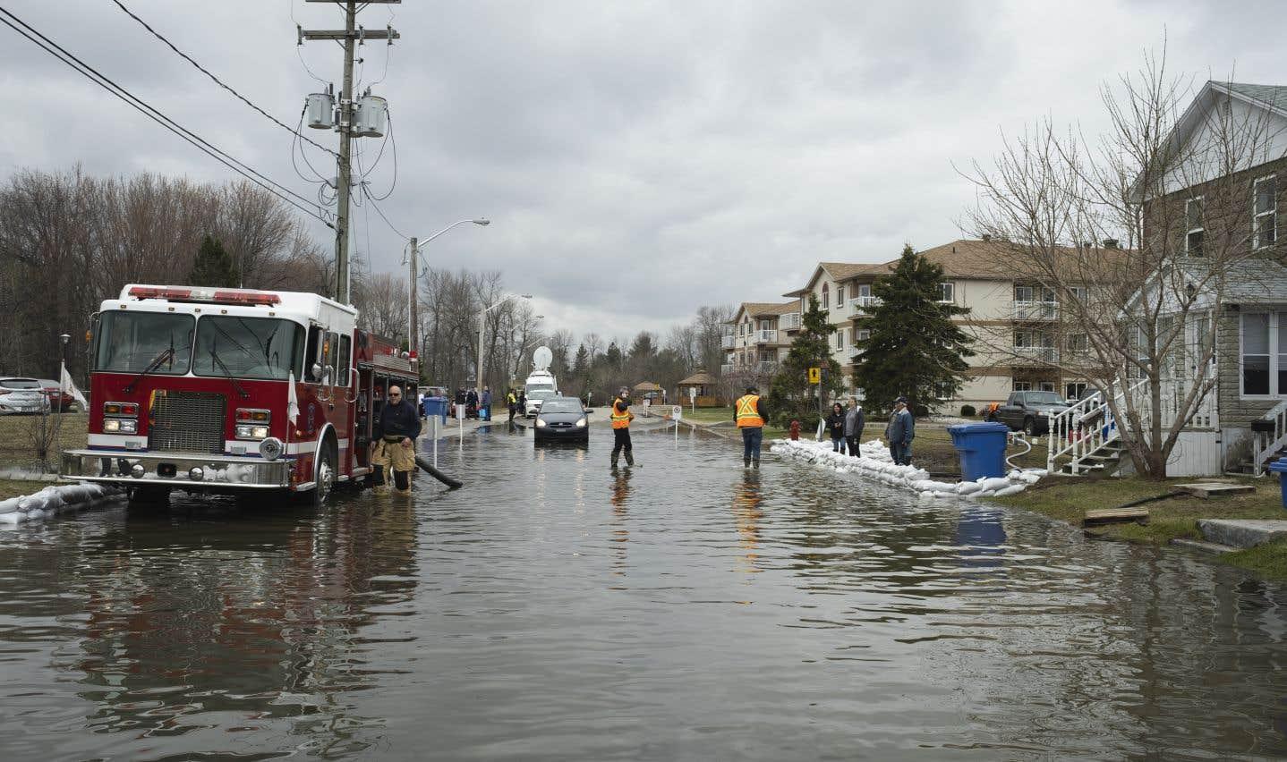 Sur la rue Thomas, des pompiers s'affairaient jeudi à pomper l'eau qui emplissait la rue pour s'assurer de maintenir une voie d'accès vers deux résidences pour personnes âgées.