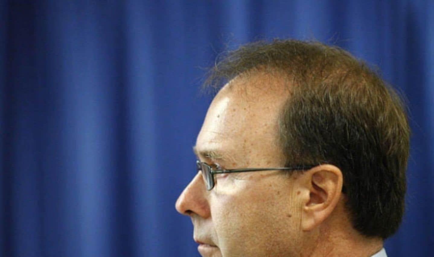 Un gouvernement en crise - Bellemare poursuit Charest pour 900 000$