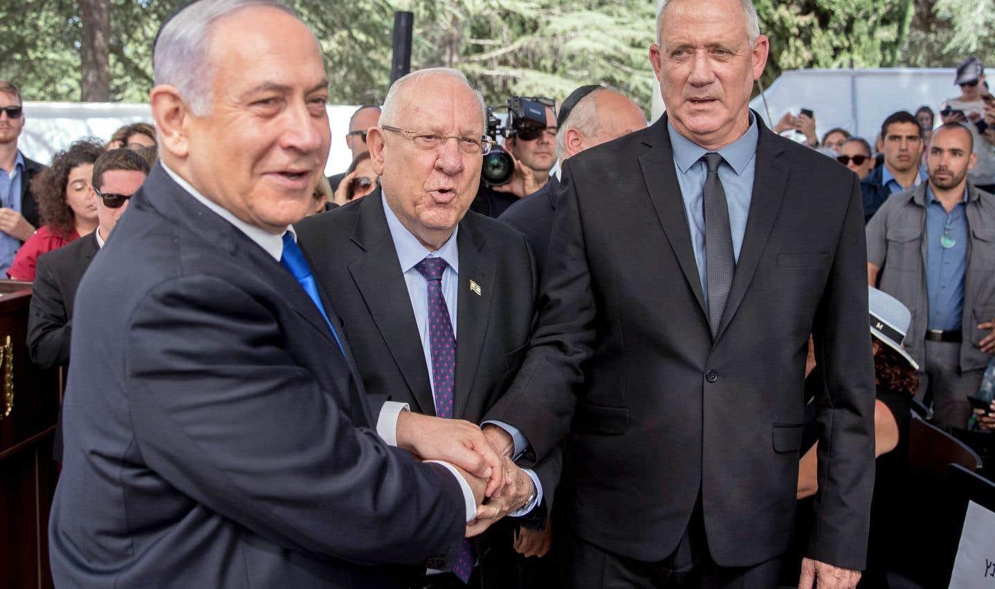 Le premier ministre israélien, Benjamin Nétanyahou, le président,Reuven Rivlin, et le chef du parti Kahol Lavan (Bleu-blanc), Benny Gantz, se sont serré la main. M. Nétanyahou a appelé son rival, M. Gantz, à former un gouvernement d'union nationale, après que les résultats des élections législatives ont placé les deux candidats au coude-à-coude.