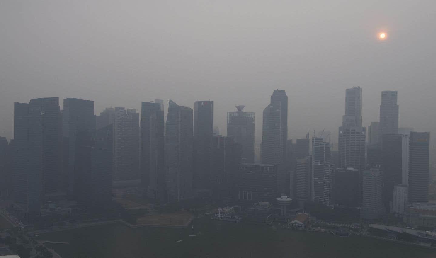 Des feux de forêt en Indonésie ont causé un épais nuage de fumée toxique dans la cité-État insulaire. Cela a entraîné la fermeture de milliers d'écoles ainsi que d'aéroports en Malaisie et en Indonésie. Les forêts tropicales défrichées de Sumatra et de Bornéo sont ravagées par des incendies depuis plusieurs semaines.