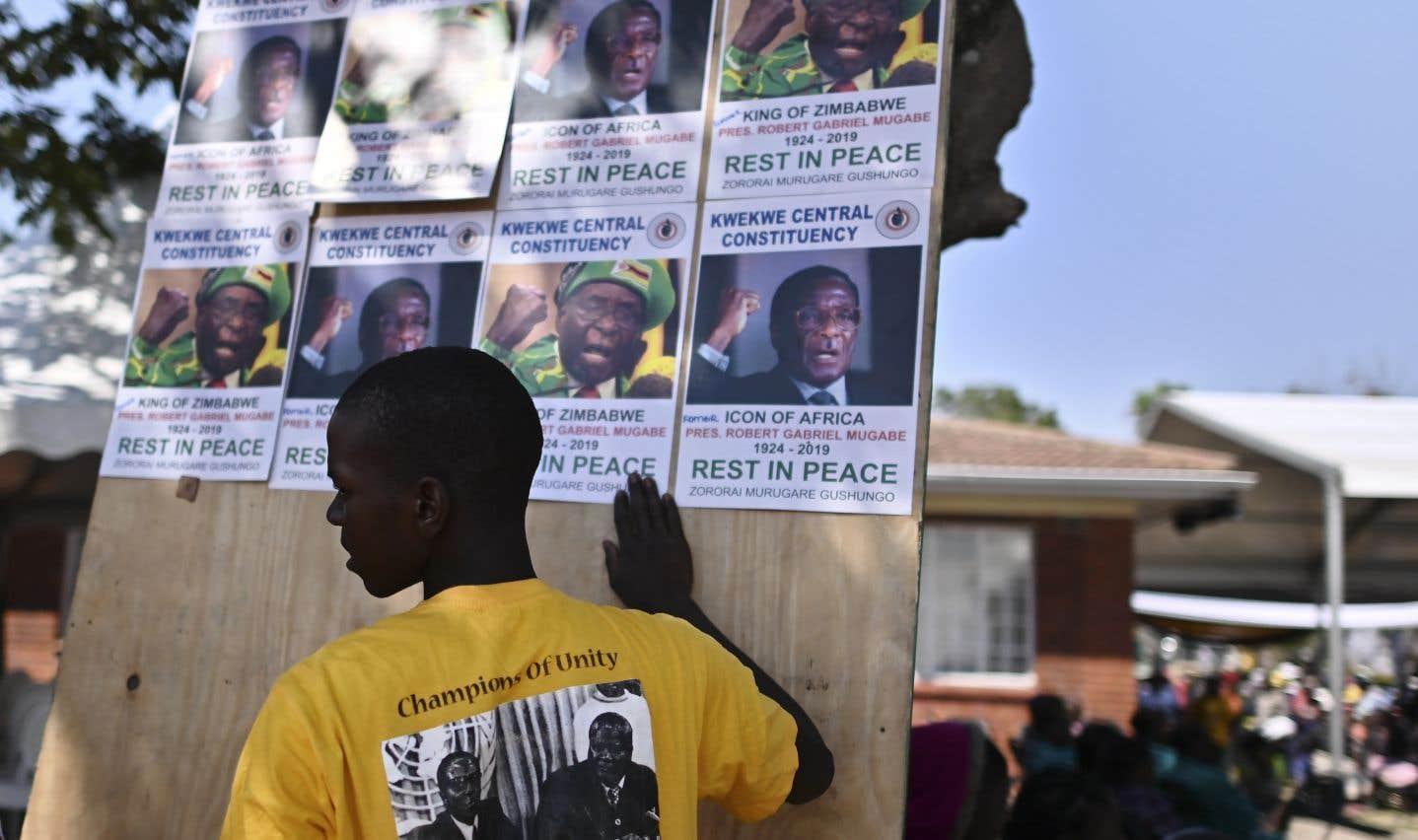 Un villageois crée un collage avec d'anciennes affiches de l'ex-président zimbabwéen, Robert Mugabe. L'homme d'État est décédé le 6septembre dernier à l'âge de 95ans. M.Mugabe a laissé un pays ruiné par une crise économique qui a plongé une grosse partie de la population dans la misère. Lors des funérailles nationales de l'ancien président, ce bilan n'a toutefois pas été évoqué.