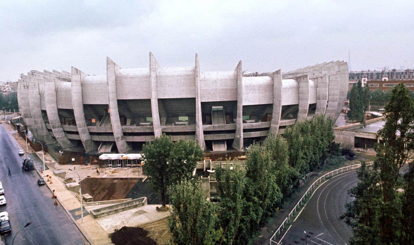 Ce stade est situé dans le sud-ouest de Paris depuis 1897, mais Roger Taillibert l'a remis à neuf en 1972. Qualifié d'«avant-gardiste» par certains, il deviendra le premier stade d'Europe à être doté d'un éclairage intégré au toit et peut accueillir quelque 45 000 spectateurs.