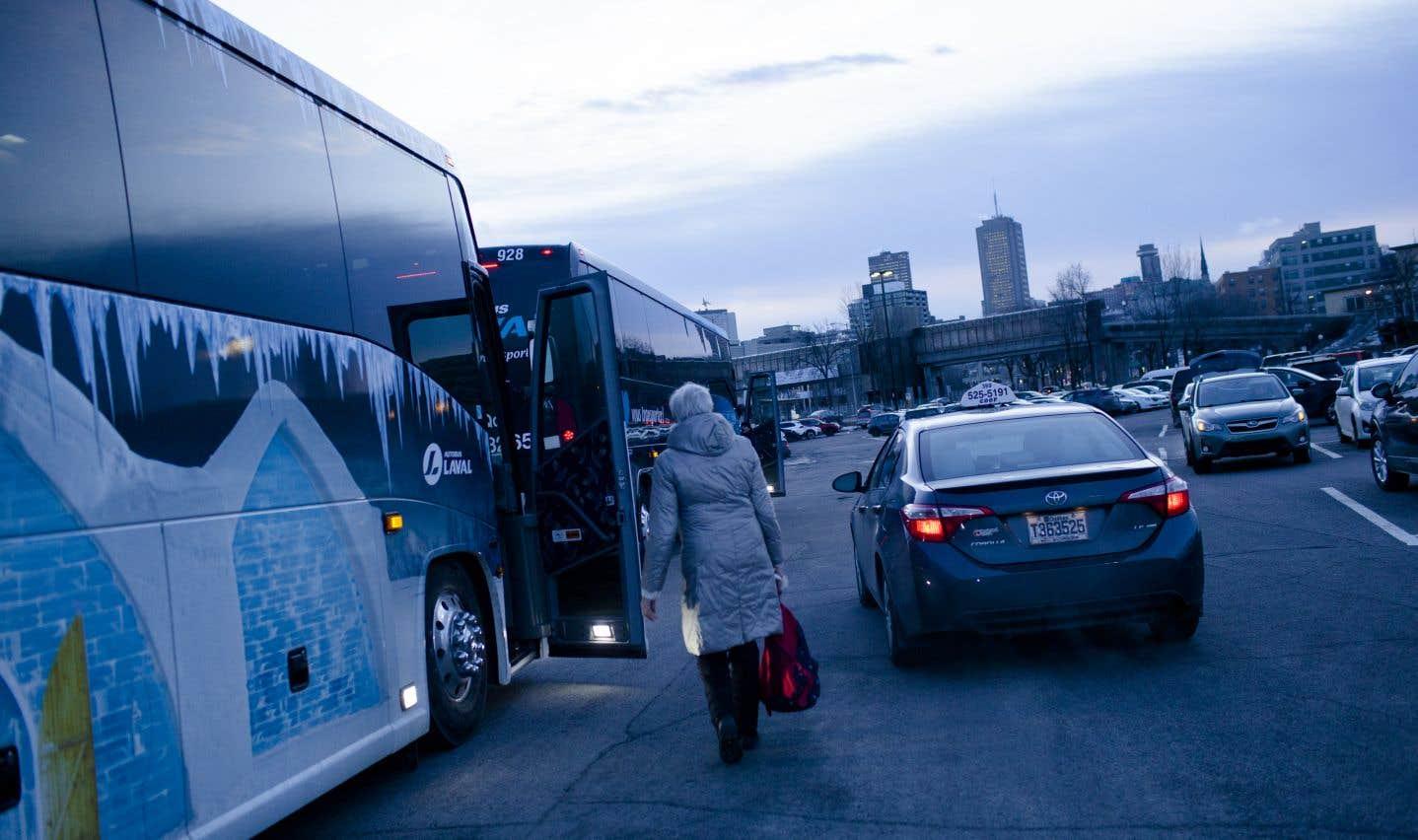 Des retraités du «Soleil» ont été rejoints par d'ex-employés du Quotidien pour se rendre à Montréal, le 11 décembre, et manifester devant les bureaux de Power Corporation.