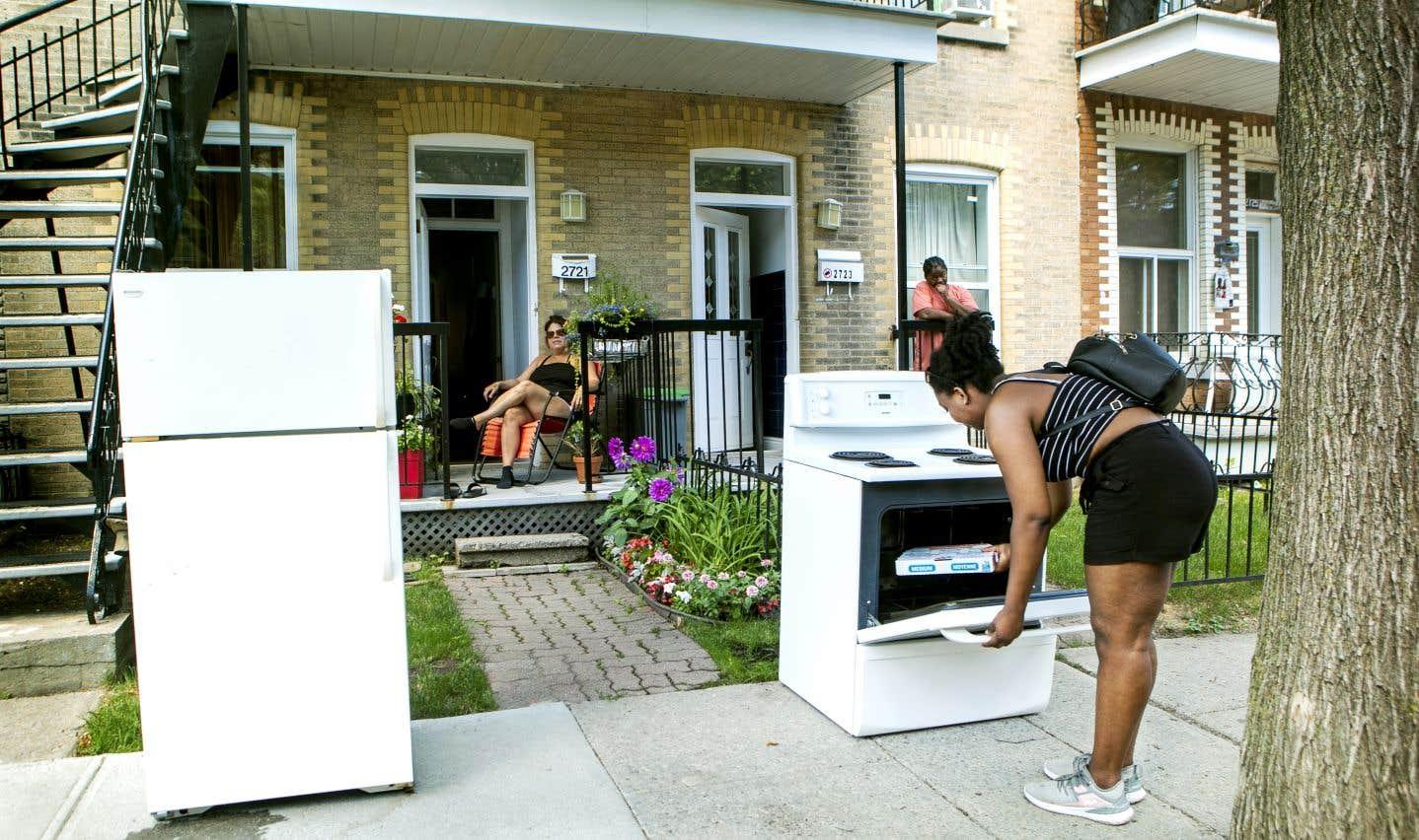 Une Montréalaise attend le camion qui transportera ses électroménagers vers son nouveau logement.