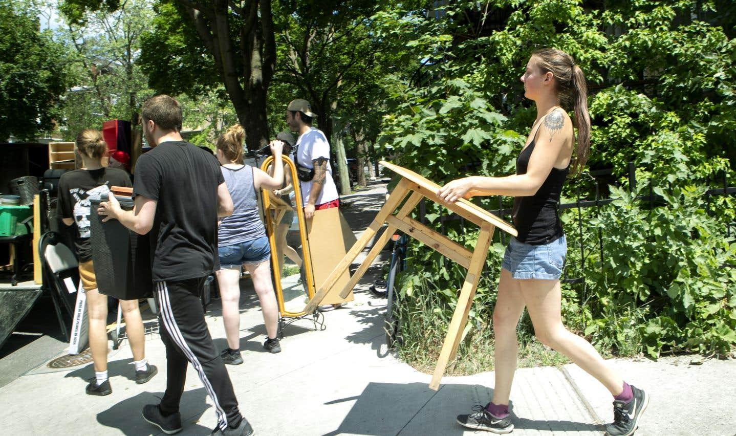 À Montréal, de 80 000 à 100 000 ménages changent d'adresse autour du 1er juillet, selon des chiffres de la Ville. Sur la photo, un groupe s'active à remplir une remorque.