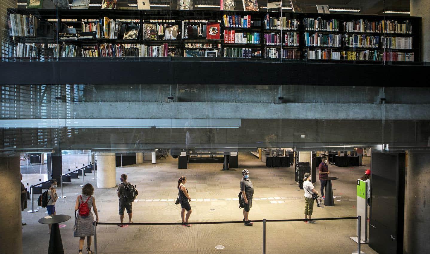 À la Grande Bibliothèque, les usagers doivent aller chercher les réservations, faites en ligne ou par téléphone, en se présentant au comptoir du prêt, après avoir reçu un avis selon lequel leur commande est prête.