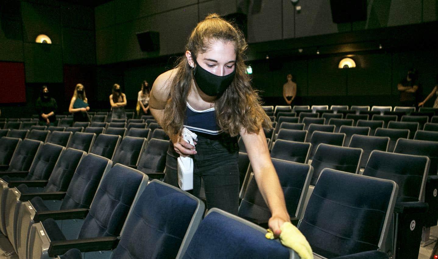 Au cinéma Beaubien, qui ouvre vendredi, tous les sièges seront nettoyés entre chaque représentation, comme l'ont appris les employés qui étaient en formation jeudi en prévision de l'ouverture.