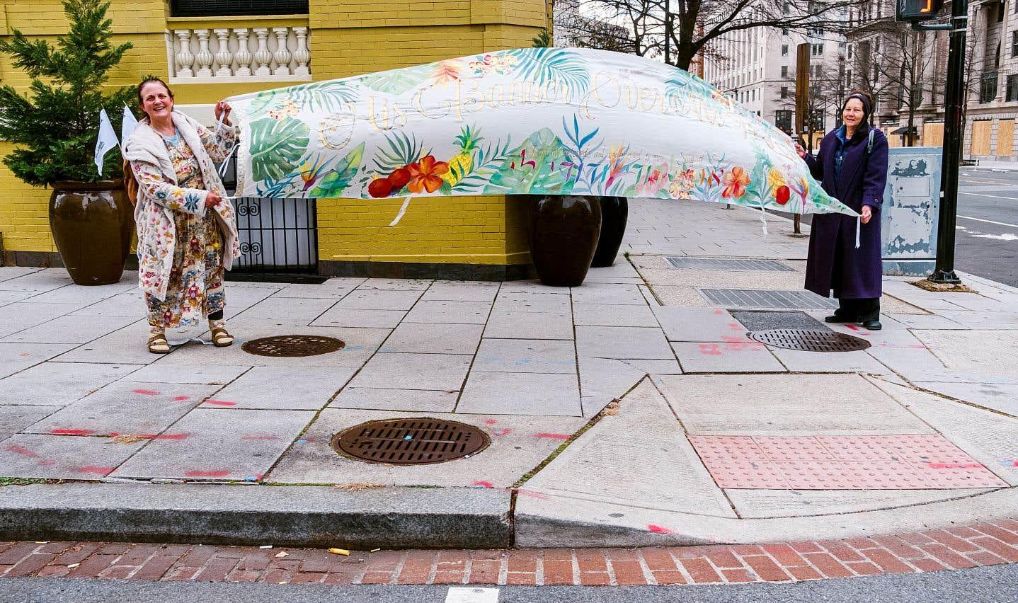 Deux femmes du mouvement Quaker sont venues à Washington de Portland en Oregon pour faire une marche de prière autour de la zone barricadée. «On sait que l'élection a été volée, on prie pour que la vérité sorte, mais aussi pour éviter une guerre civile, pour le pays».