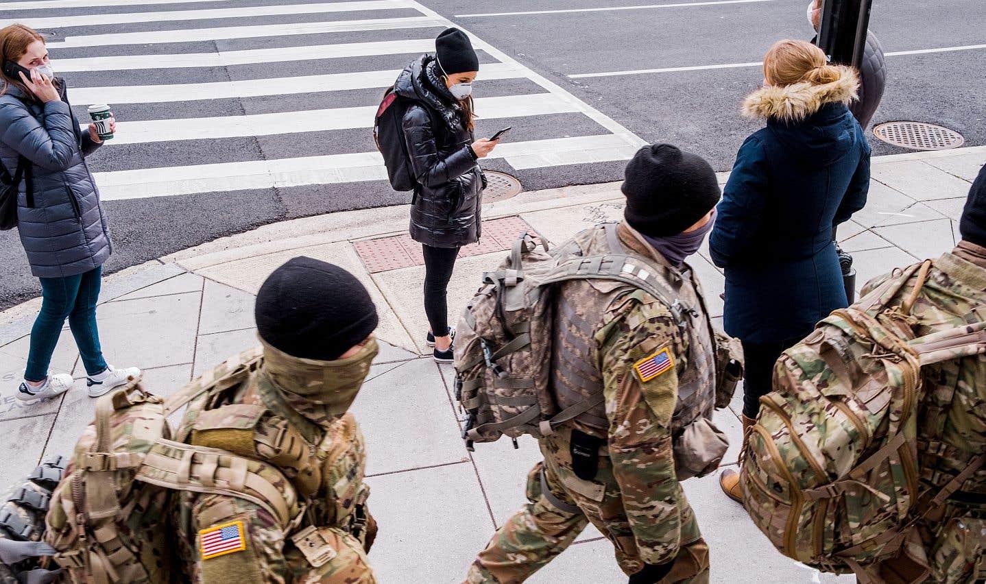 Partout, partout, partout dans le centre-ville, les citoyens ont laissé les rues aux militaires.