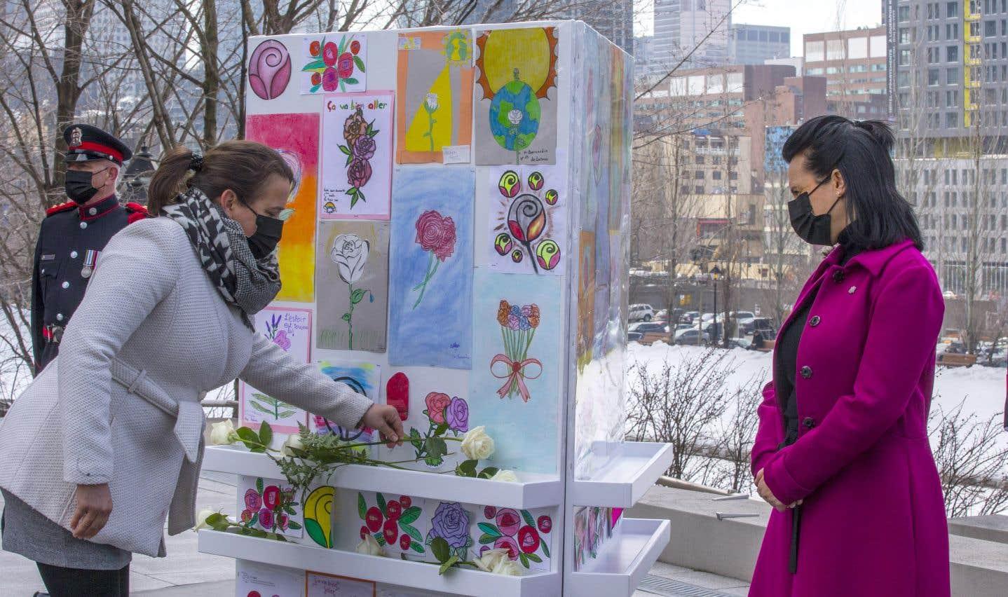 Accompagnée par la Dre Mylène Drouin, la mairesse de Montréal, Valérie Plante (à droite), a inauguré un monument à la mémoire des victimes sur la place Vauquelin et a rappelé les lourds sacrifices qu'ont dû faire ses concitoyens cette année.